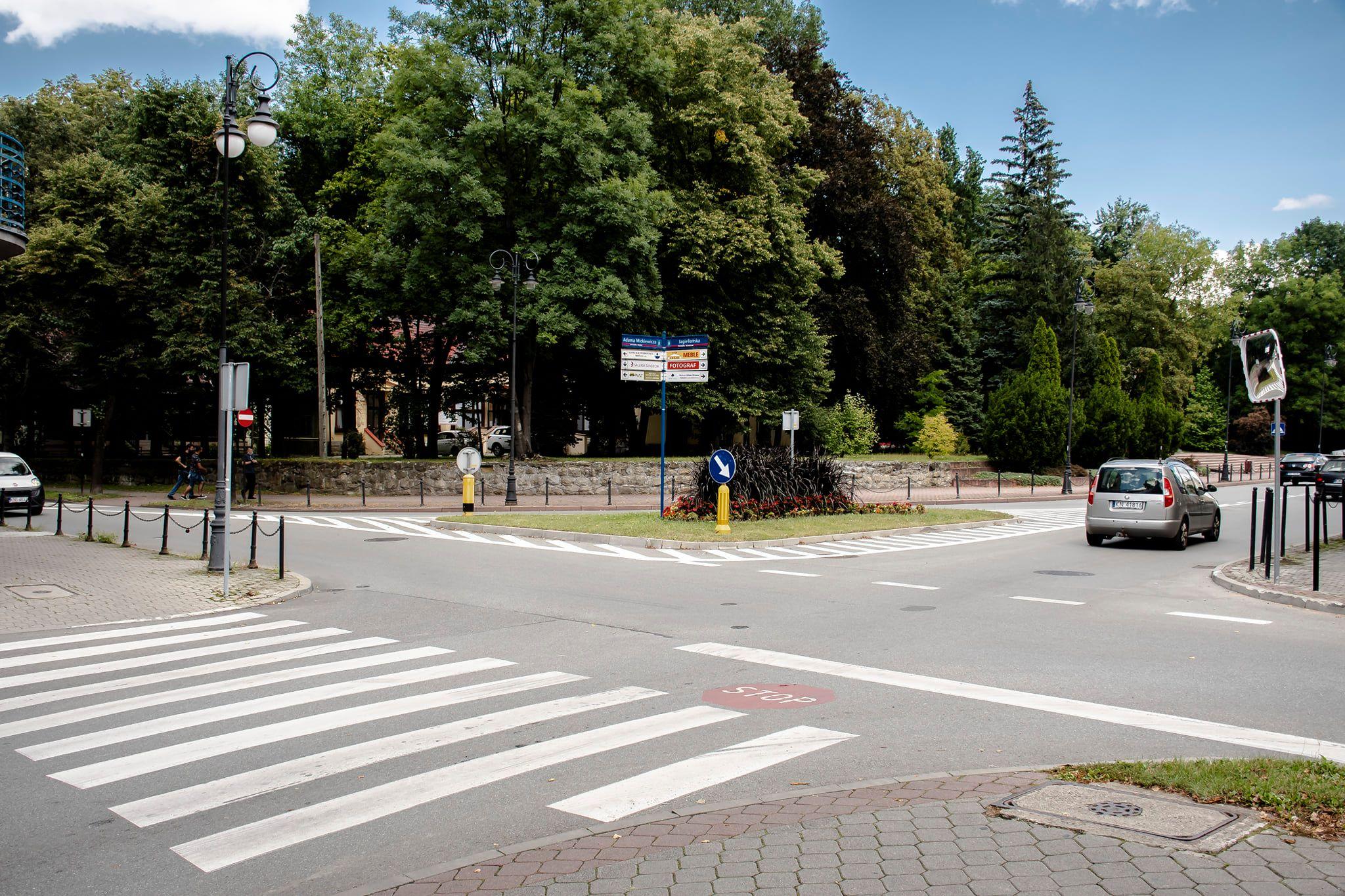ℹ️Moją intencją jest likwidacja na terenie Miasta Nowego Sącza miejsc szczególnie niebezpiecznych. Do takich miejsc należy skrzyżowanie ulicy Mickiewicza z ulicą Jagiellońską. Proszę Mieszkańców Nowego Sącza o opinię, która opcja będzie najlepsza: