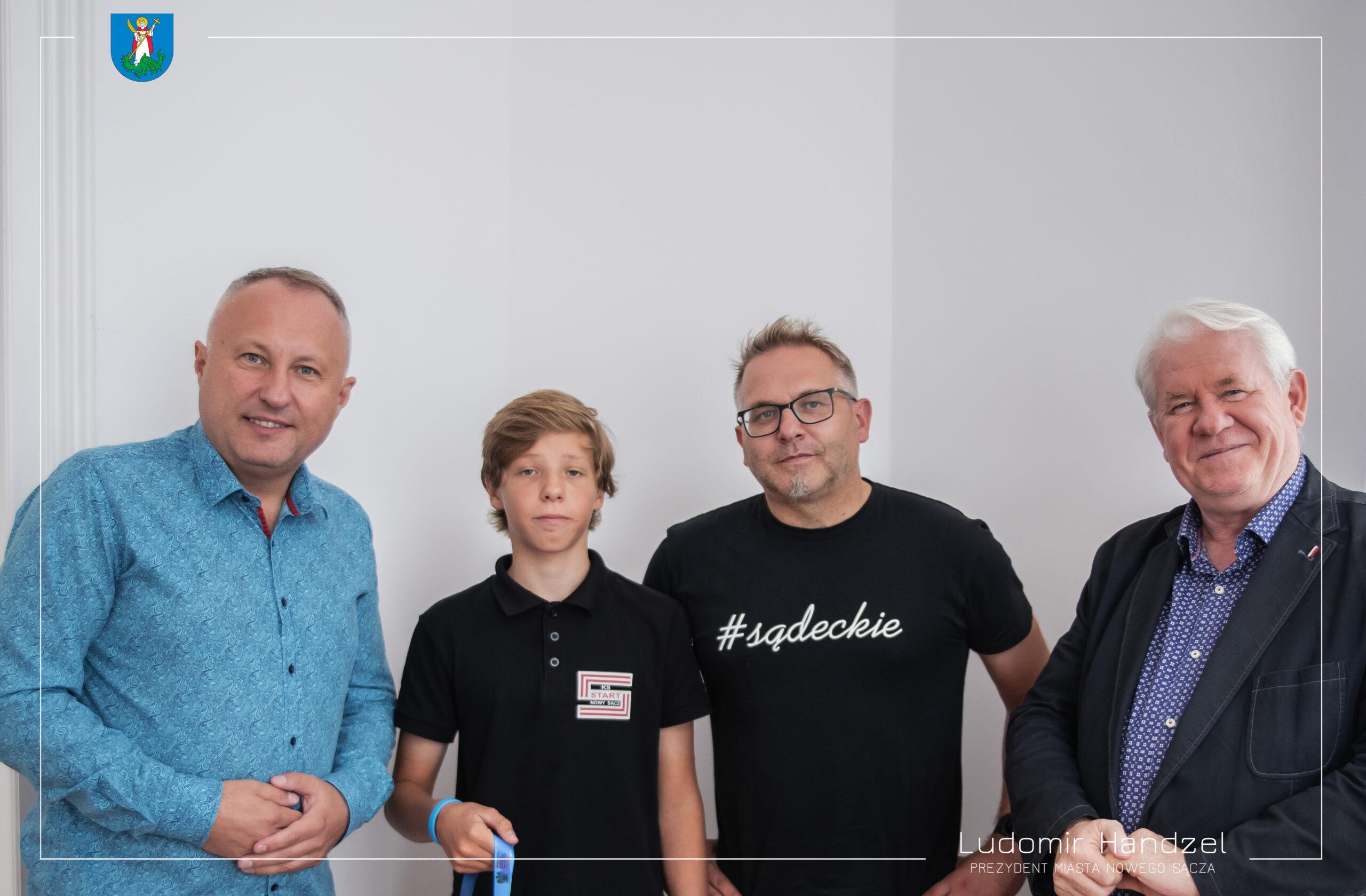 📣Miłe spotkanie z Joachimem Jabłońskim, zdobywcą drugiego miejsca w X Mistrzostwach Młodzików w Slalomie Kajakowym. 🎉🛶